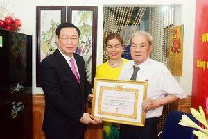 Bí thư Thành ủy Hà Nội và TP HCM trao Huy hiệu Đảng cho cán bộ lão thành cách mạng