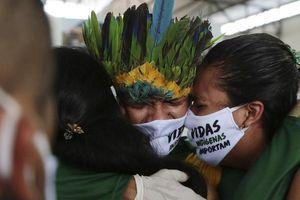 Đi nhận hỗ trợ của chính phủ, dân Amazon mang COVID-19 về làng