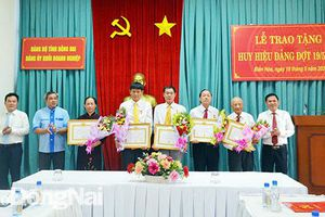 Trao tặng huy hiệu Đảng cho đảng viên