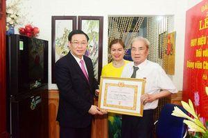 Bí thư Thành ủy Vương Đình Huệ trao Huy hiệu 75 năm tuổi Đảng cho đồng chí Nguyễn Văn Thân