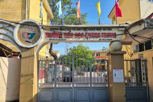 Học sinh tiểu học đội nắng ở cổng trường vì đi học sớm: Xem xét học ngày 1 buổi