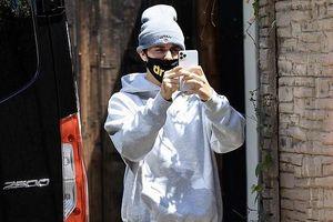 Justin Bieber đeo khẩu trang, mặc đồ xuề xòa ra phố ngay khi vừa trở về Mỹ