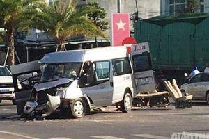 Ô tô khách nát đầu sau cú va chạm với xe đầu kéo