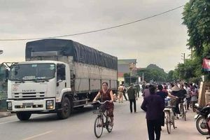 Va chạm xe tải, học sinh lớp 3 tử vong trên đường đi học
