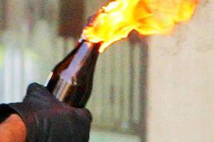 Phóng hỏa bằng bom xăng khiến hai bé trai bỏng nặng