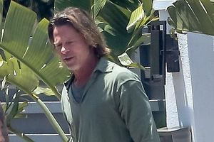 Brad Pitt trông già nua vì mái tóc dài, mặc xuề xòa