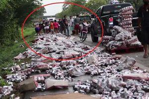 Container làm rơi hàng trăm lon bia ở Thái Lan, dân chạy đến 'hôi của'