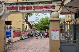 Nguồn gốc clip tố phụ huynh dàn dựng học sinh đứng nắng ở cổng trường
