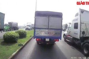 Ô tô không giữ khoảng cách gây tai nạn liên hoàn