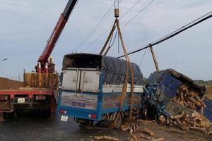 Xe tải tông nhau trên QL55, người phụ nữ tử vong trong cabin