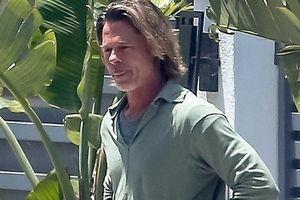 Brad Pitt lộ vẻ già nua khi để tóc dài, mặc đồ xuề xòa ra phố