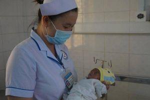 Bé gái sinh non 700gr bị cha mẹ bỏ rơi tại bệnh viện Long An