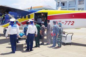 Máy bay DHC-6 của Lữ đoàn Không quân Hải quân 954 chở bệnh nhân nặng từ Trường Sa về đất liền