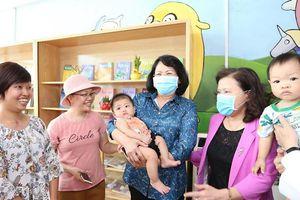 Phó Chủ tịch nước thăm và tặng quà bệnh nhi ung thư