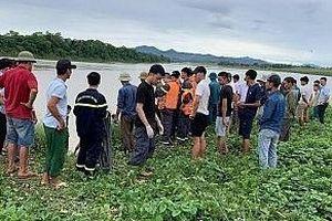 Đi thuyền vớt bèo, 2 người đuối nước tử vong