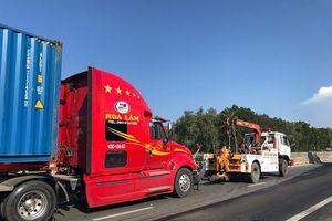 Quảng Ngãi: Húc đuôi xe container, tài xế xe tải tử vong tại chỗ