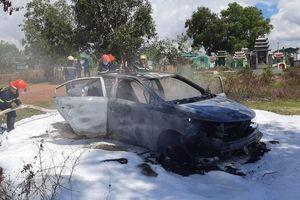 Ôtô cháy rụi trong nghĩa trang
