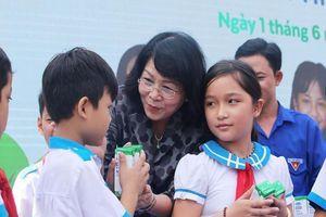 Phó Chủ tịch nước tặng quà cho thiếu nhi Quảng Nam