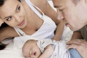 Mạng xã hội 'sốt' với loạt khoảnh khắc đẹp của Brad Pitt bên con gái ruột đầu lòng