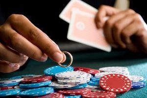 'Rắn như thép' mới mong kéo được bạn đời khỏi vũng lầy cờ bạc