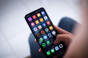 Smartphone có camera ẩn dưới màn hình đang đến gần