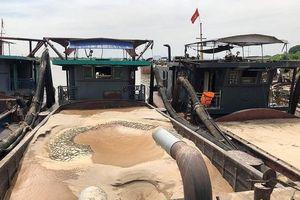 Bắt 3 tàu khai thác cát trái phép trên sông Hồng