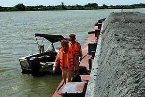 Quyết liệt, triệt để xử lý nạn 'cát tặc' trên sông Hồng, khởi tố 15 đối tượng