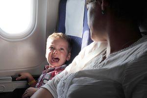 Vì sao trẻ khóc trên máy bay?