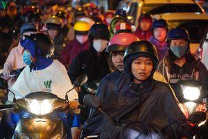 Mưa lớn giờ tan tầm, giao thông ở TP HCM ùn tắc nghiêm trọng
