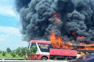 Xe khách giường nằm cháy trơ khung trên đường cao tốc