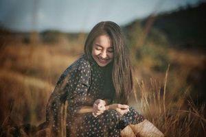 Vẻ đẹp nền nã thu hút của cô gái đóng thứ phi trong MV của Hòa Minzy