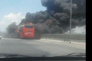 Thanh Hóa: Xe khách bất ngờ bốc cháy dữ dội, 20 người thoát chết