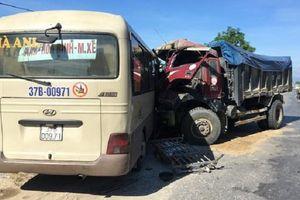Nghệ An: Xe khách đối đầu xe tải, nhiều người bị thương nặng