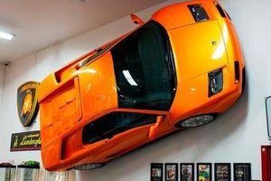 Cách chơi của người có tiền: Treo hẳn siêu xe Lamborghini lên tường để trang trí