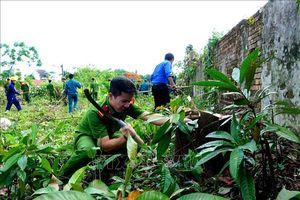 Thu dọn vệ sinh hoàn trả lại hiện trạng cho di tích tại khu vực Thượng Thành (Huế)