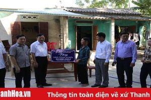 Ban Quản lý KKTNS và các KCN trao tiền hỗ trợ xây dựng nhà tình thương cho các gia đình khó khăn