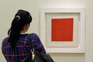 Điều gì khiến mảng màu đỏ trên nền trắng thành tác phẩm nổi tiếng?