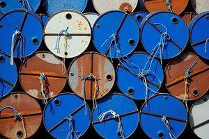 Giá dầu quay đầu giảm mạnh do hàng tồn kho tăng cao