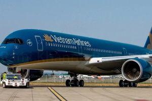Siêu máy bay Boeing 787-10 của Vietnam Airlines va quẹt cầu ống dẫn khách