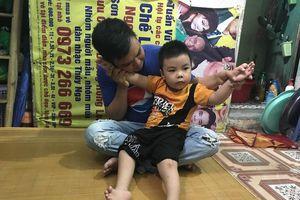 Cậu bé 4 tuổi đi bằng gót chân và người cha muốn bán thận để có tiền phẫu thuật cho con