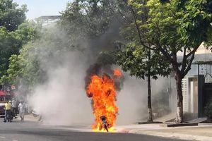 Quảng Nam: Xe máy bỗng dưng bốc cháy ngùn ngụt giữa đường chỉ còn trơ khung sắt