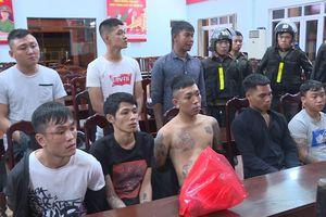 Hàng chục thanh niên mang bom xăng, dao rựa đi đánh nhau