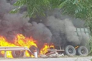 Xe container đang lưu thông bốc cháy dữ dội