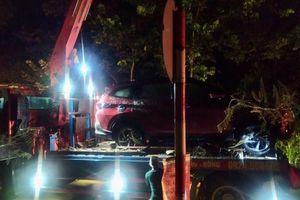 Hai ô-tô bị nước cuốn trôi xuống suối, 12 người thoát chết