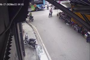 Băng qua đường trước mũi xe container, hai mẹ con thoát chết trong gang tấc
