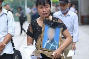 Hoãn phiên xử vụ nam sinh chạy Grab bị sát hại ở Hà Nội, mẹ và chị gái nạn nhân thất thần ra về