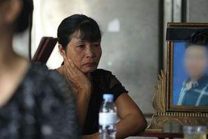 Xét xử vụ nam sinh chạy Grabbike bị sát hại ở Hà Nội: Nghẹn ngào cảnh mẹ ôm di ảnh con đến tòa