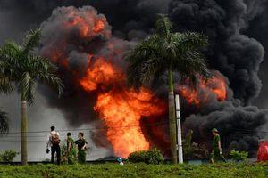 Cháy dữ dội kho hóa chất ở Hà Nội, xuất hiện nhiều tiếng nổ lớn