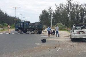 Xe trung tải tông nhau với xe du lịch, 2 người bị thương