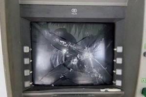 Tạm giữ người đàn ông dùng búa phá cây ATM 'đòi tiền'